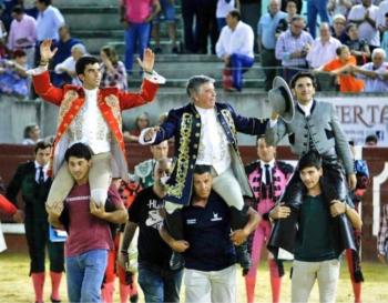 Maestro Moura, Diego Ventura e Moura Júnior em ombros em Don Benito